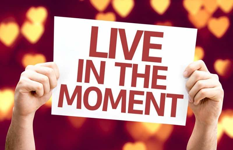 Live in the Moment card with heart bokeh background